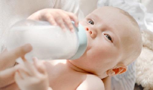 תינוק יונק מבקבוק